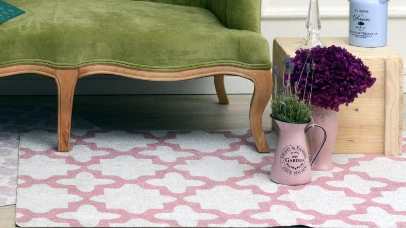 Vzorovaný ružový koberec