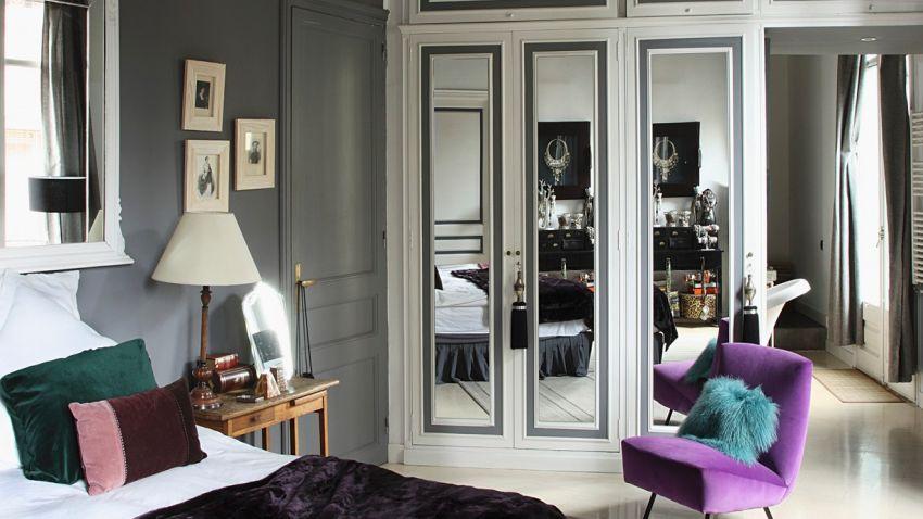 Biela drevená skriňa so zrkadlom
