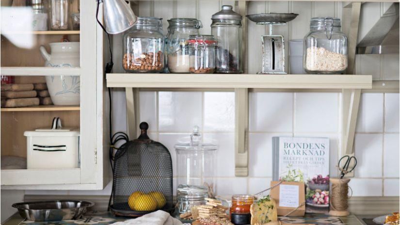 Praktická skrinka na stenu do kuchyne