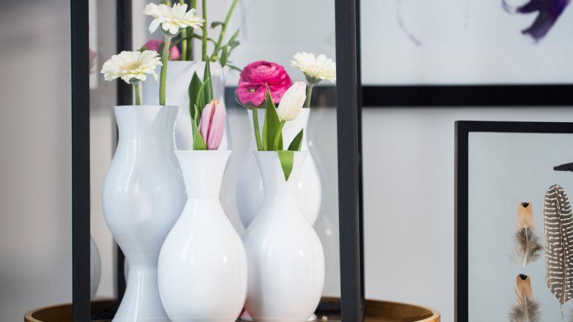 Dizajnové vázy na kvety bielej farby
