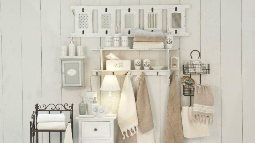 Jemné biele dekorácie do kúpeľne