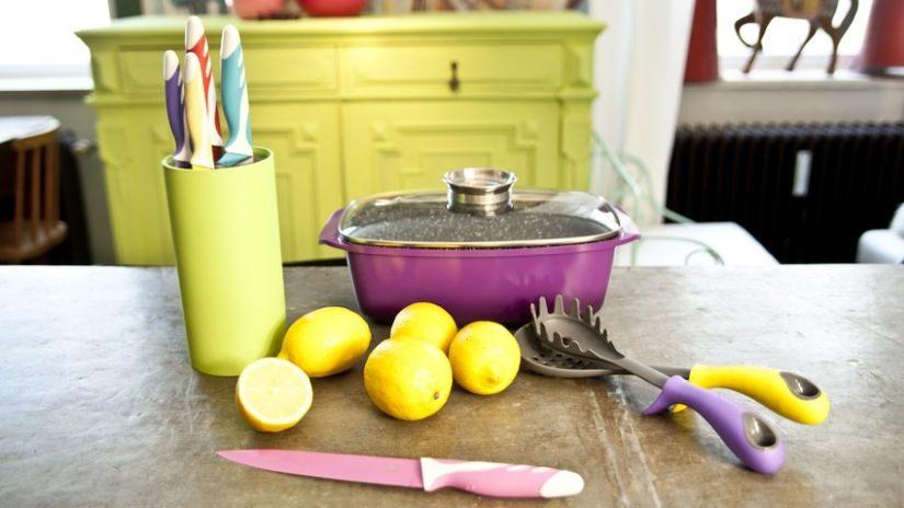 Žltý plastový stojan na nože