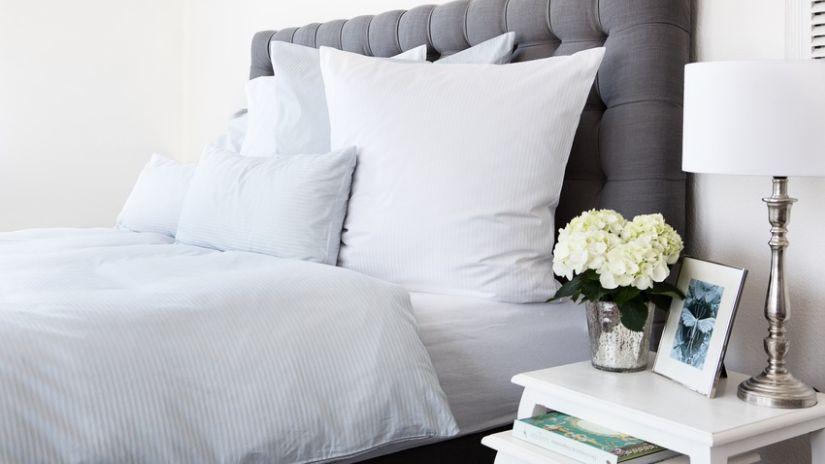 Sivá boxspring posteľ