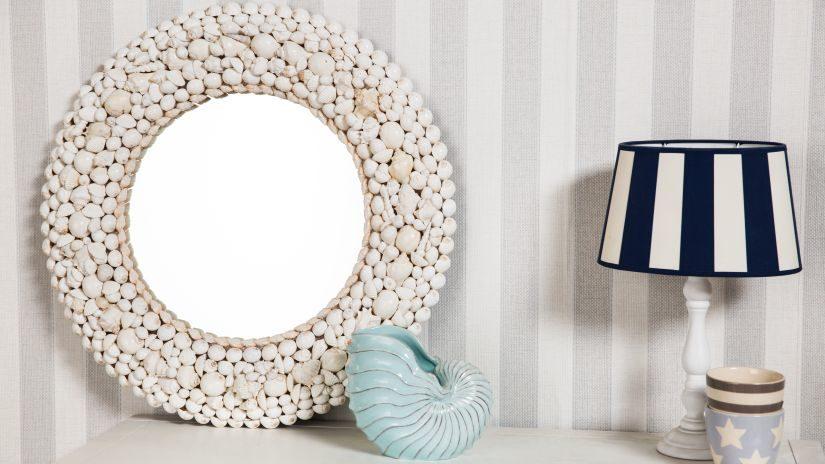 Biele okrúhle zrkadlo s kamienkami