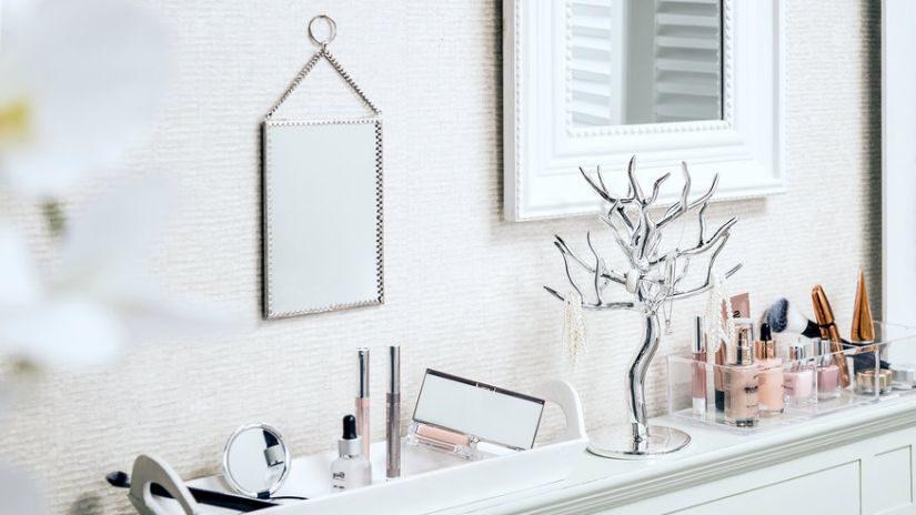 Elegantné strieborné zrkadlo na stenu