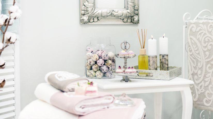 Kúpeľňové zrkadlo so strieborným rámom