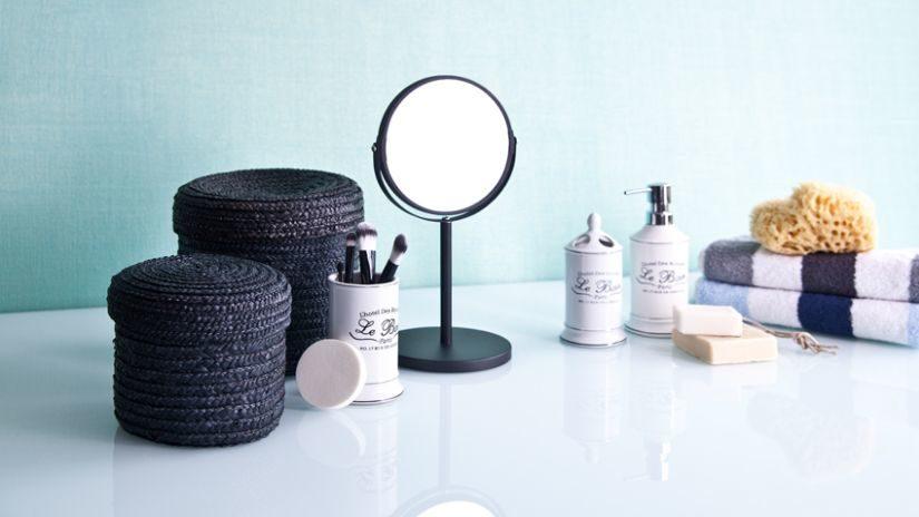 Kozmetické zrkadlo s čiernym rámom