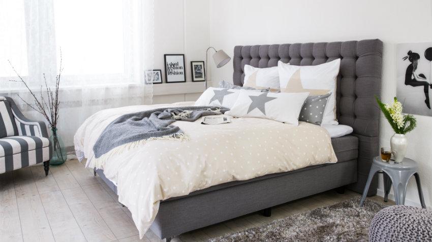 Sivá vysoká moderná posteľ