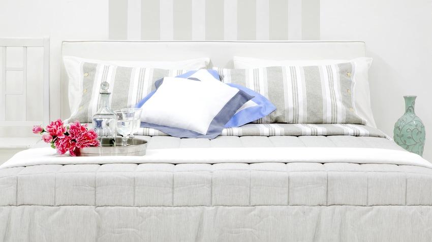 Pohodlná biela vysoká posteľ