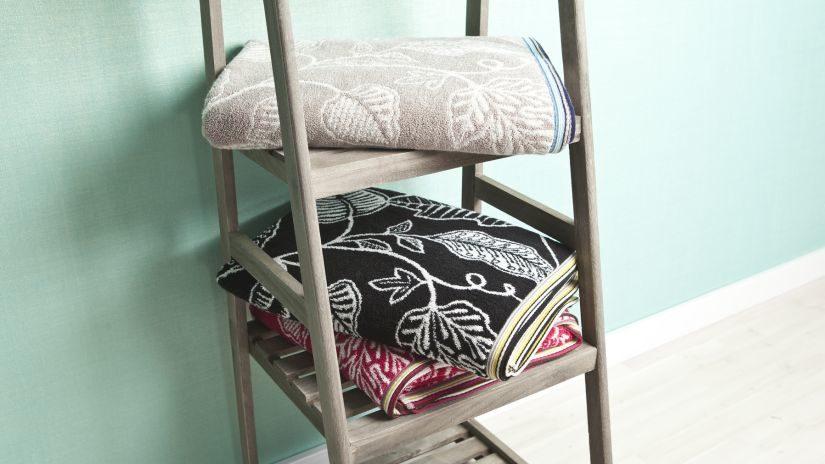 Moderný stojan na uteráky