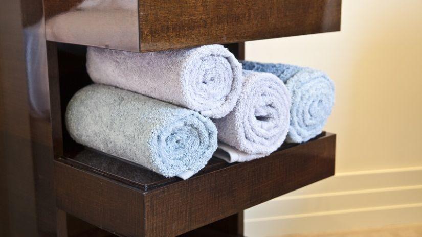 Masívny stojan na uteráky