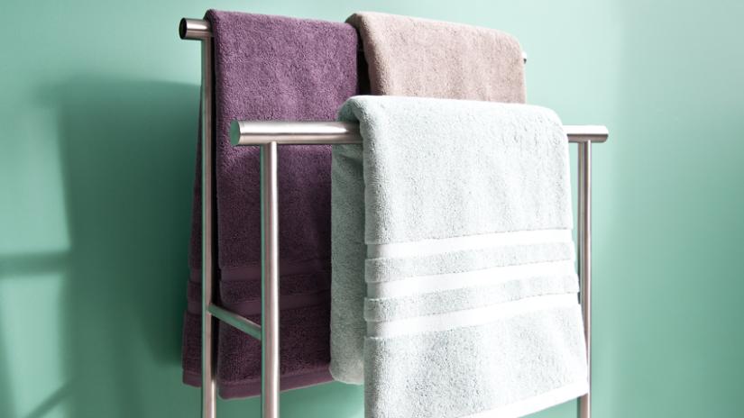 Praktický stojan na uteráky z nerezu