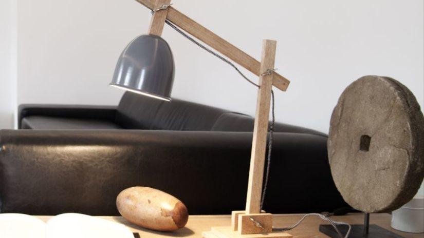 Štýlová stolová lampa z dreva