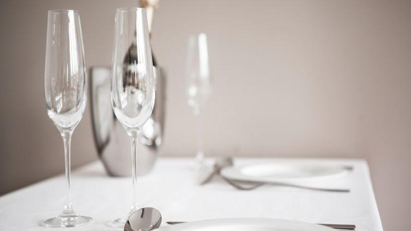 Úzky vysoký pohár na šampanské