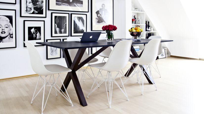 Tmavý drevený stôl do obývačky