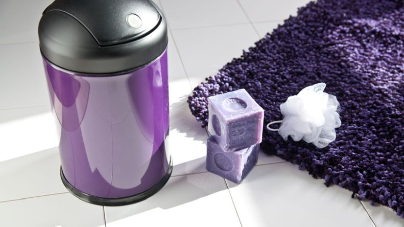Štýlový fialový koberec do kúpeľne