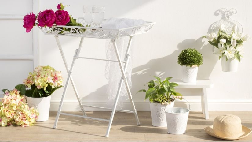 Biely vintage záhradný stolík