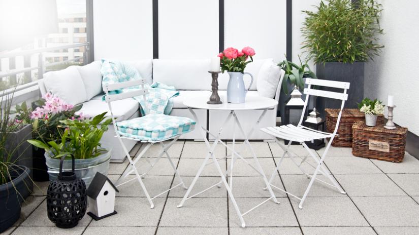 Kovový biely stolík a stoličky