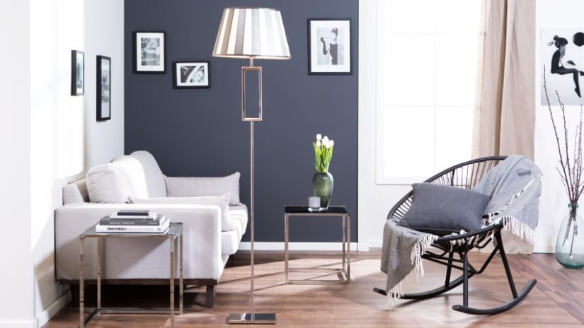 Elegantná sivá stojaca lampa