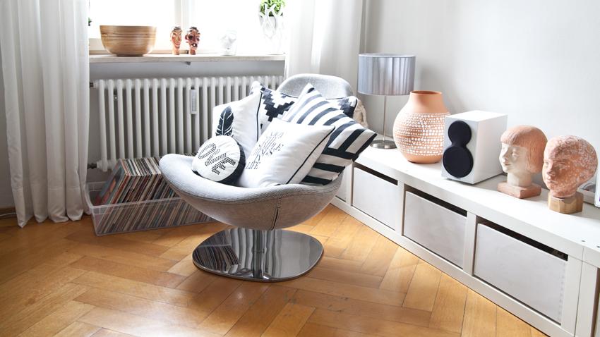 Pohodlná sivá otočná stolička