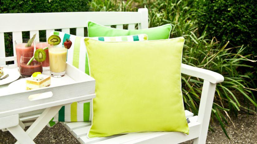 Biela záhradná lavička s vankúšmi