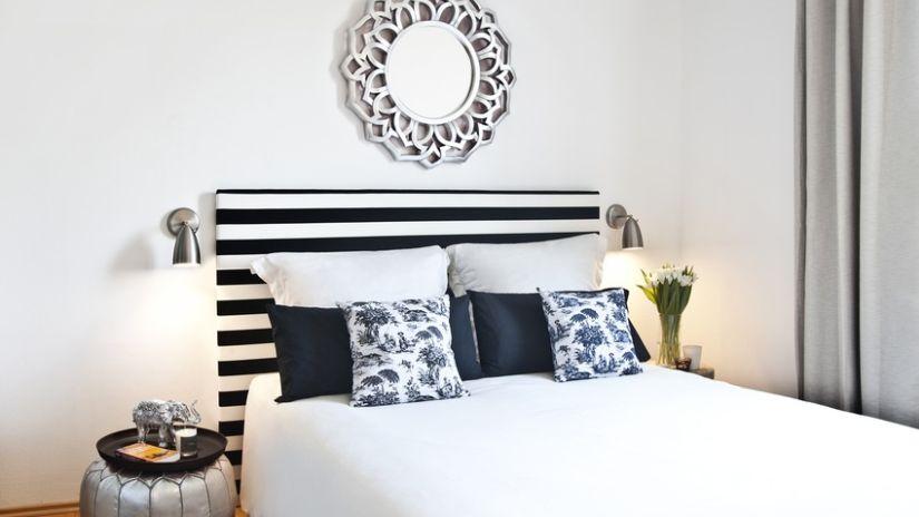Štýlová čiernobiela posteľ