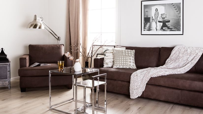 Hnedý čalúnený gauč
