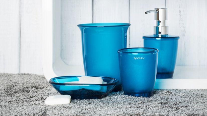 Modré plastové dávkovače na mydlo