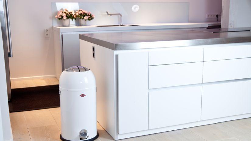 Trendy biely odpadkový kôš do kuchyne