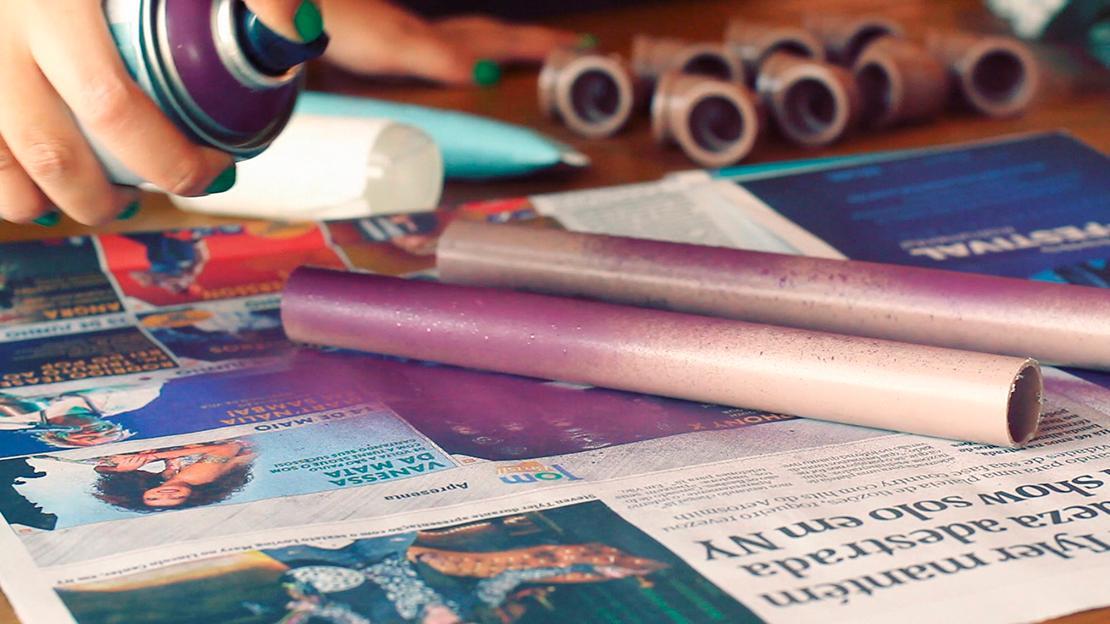 Die Rohre mit Sprühfarbe einfärben.