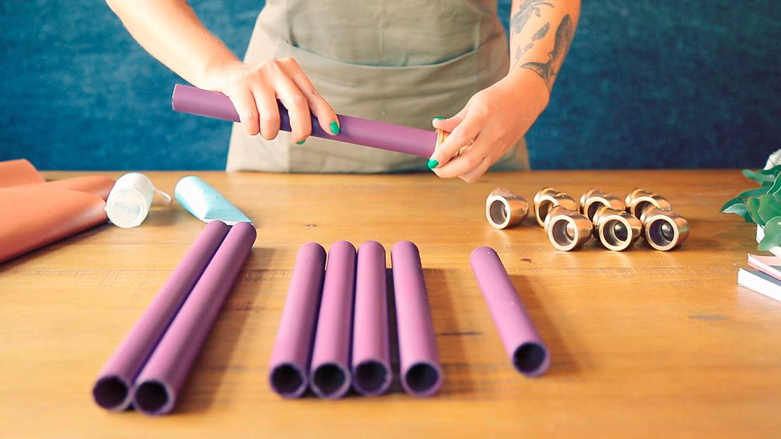 Setzen Sie ein Verbindungsstück auf jedes Ende der 30 cm Rohre.