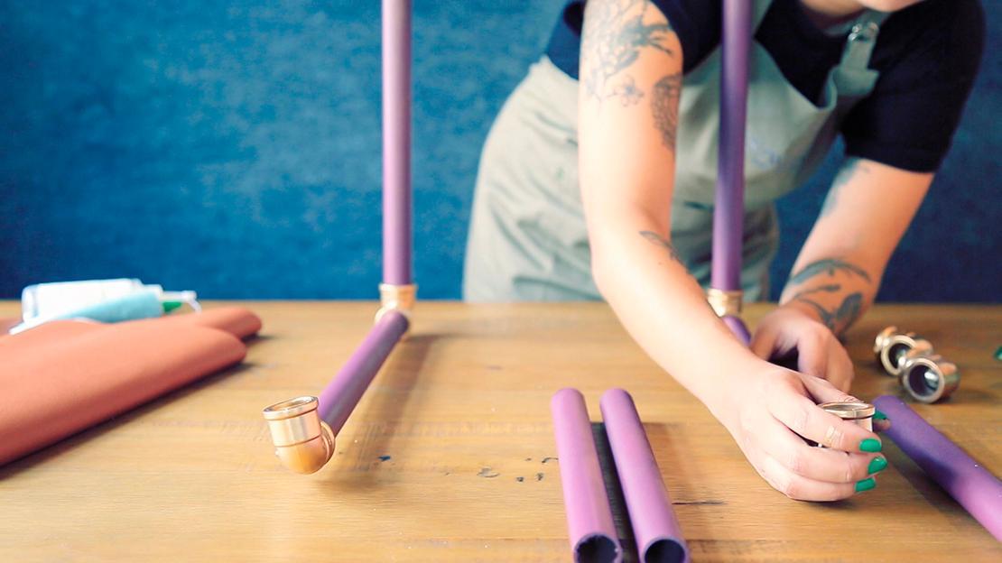 Bilden Sie eine U-Form, wobei jedes 30 cm-Rohr mit einem 25 cm-Rohr verbunden wird.
