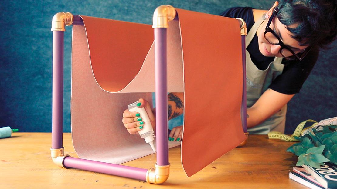 Ziehen Sie den Stoff über das 45 cm-Rohr und kleben Sie die beiden Enden an.