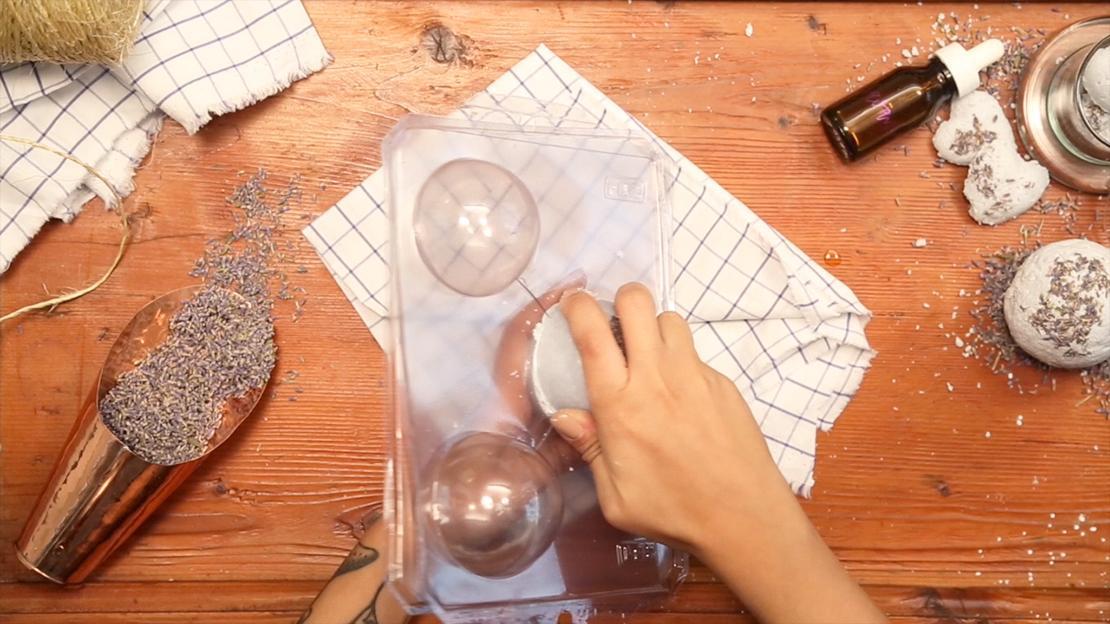 Den Vorgang mit der anderen Hälfte der Form wiederholen und anschliessend beide Formen zusammenfügen. Alles für etwa 10 Stunden trocknen lassen. Fertig!