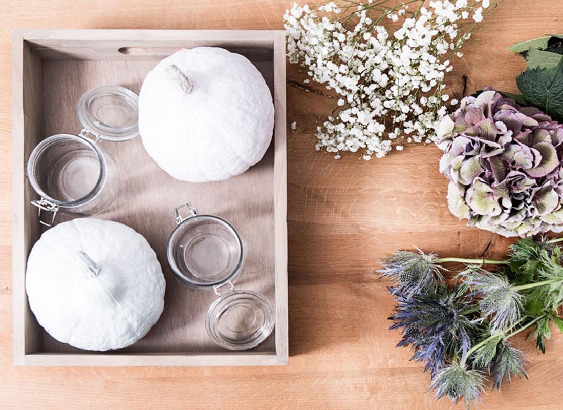 1. Kürbisse mit weißer Farbe besprühen und gut trocknen lassen.
