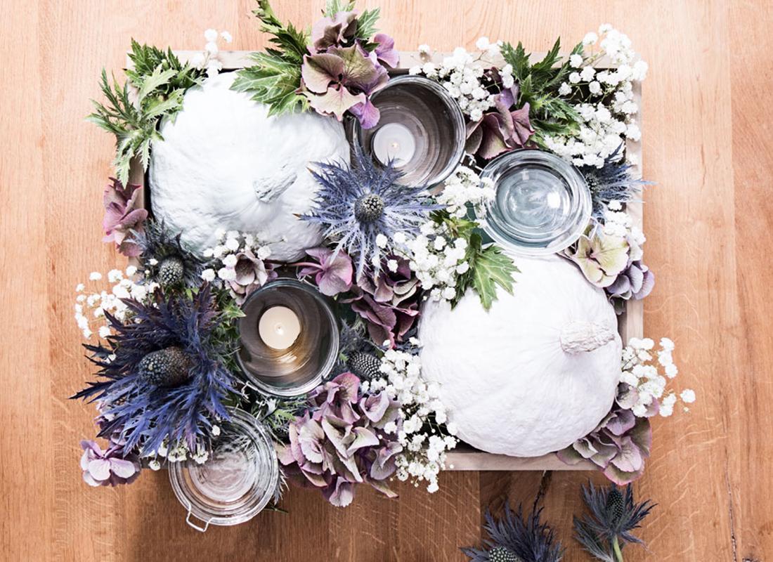 Die Blumen kürzen und damit die Schwämme bestecken. Voilà!