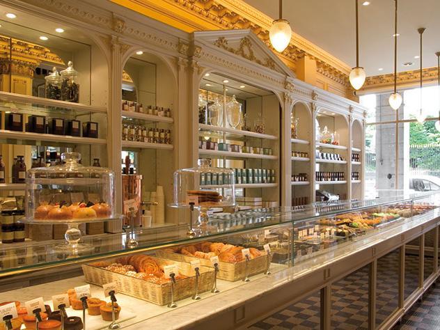 La tarta Mont Blanc, elaborada a base de merengue, nata y crema de castañas es unos de sus productos estrella.