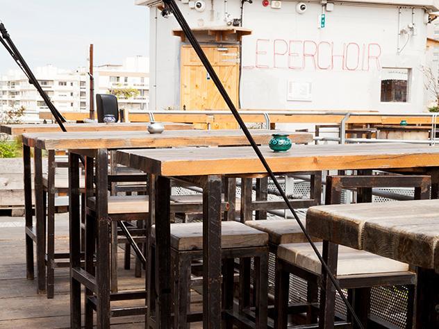 El bar de 400 m² ofrece una increíble vista sobre la capital francesa.