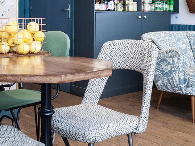 Paredes de ladrillo y piedra encalada, baldosa hidráulica, molduras y tarima de madera cálida son algunos de los elementos decorativos que encontrarás en este café.