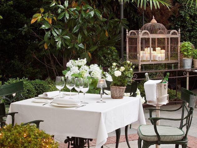 Sencilla y sin estridencias. Así es la decoración de la terraza del hotel Santo Mauro, en la que la el verde de sus jardines y el blanco de las flores toman el protagonismo. Detalles como una majestuosa jaula con velas acaban de poner el toque natural.