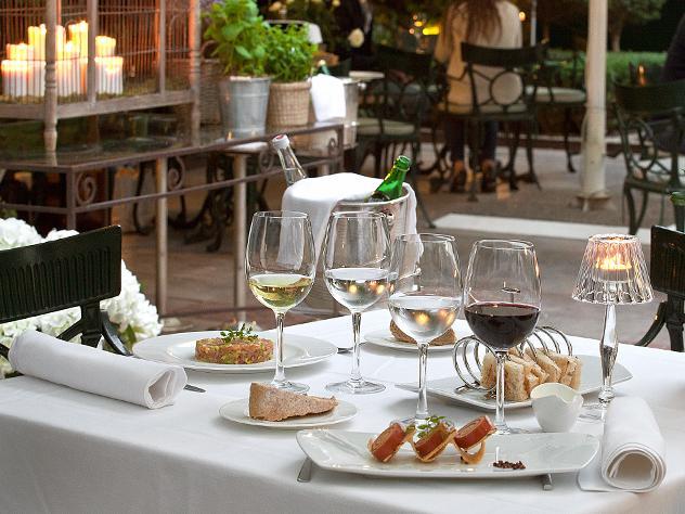 En el Santo Mauro Gardens, uno de los restaurantes del hotel, sirve comida internacional tanto para desayunar como para almorzar y cenar en el mismo restaurante o en la zona lounge.