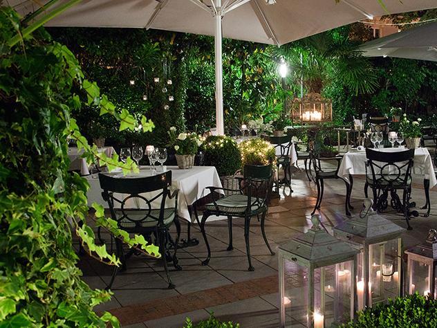 Cestos con lavanda, tomillo o boj se alían con los centenarios castaños de estas terrazas con estilo que, junto a las mesas vestidas con exquisitez y la iluminación de faroles y velas, recrean un ambiente idílico.