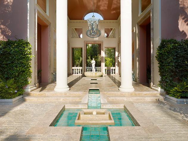 Las fuentes llenan de vida los exteriores de este hotel a pie de la Costa del Sol, refrescando el ambiente y reforzando su estilo clásico inspirado en la Toscana.