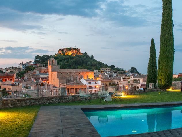 El  iluminado castillo medieval de Begur, junto a la bahía de Rosas y los Pirineos, tienen algo en común: La Masía de Can Marc, desde donde pueden contemplarse en todo su esplendor.