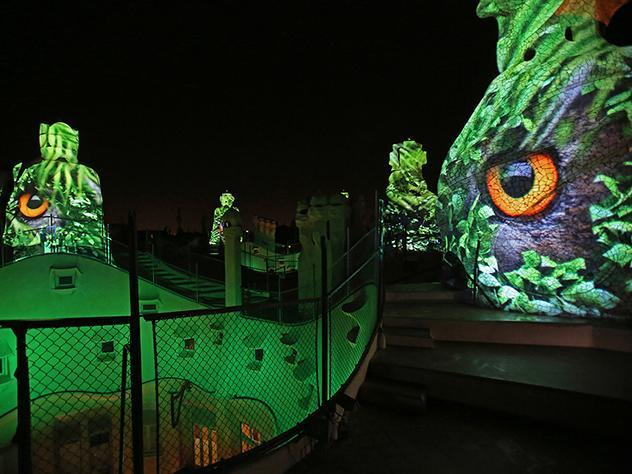 La terraza de la Pedrera, conocida como 'El Terrat' acoge el evento 'The Origins', una experiencia sorprendente que cuenta con un espectáculo audiovisual único en uno de los edificios más emblemáticos de Barcelona.