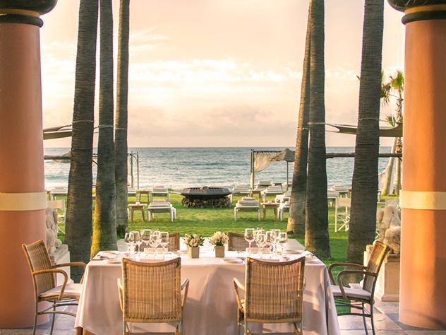 Disfrutar de una comida frente al mar en calma es solo un aperitivo de todas las posibilidades que ofrecen los exteriores de Villa Padierna Palace Hotel, en Marbella.