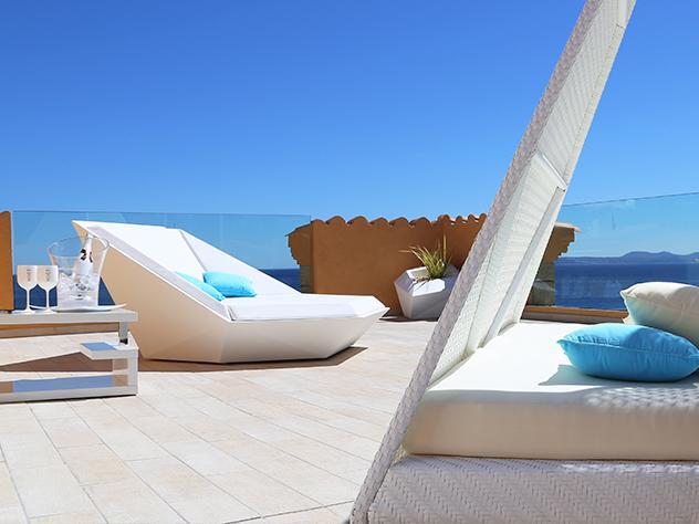 El lounge de la terraza está tan marcado por la presencia de la Costa Brava que, al relajarse en sus cómodos sillones, la brisa marina y el olor a mar te acompañan en el arte del dolce far niente.