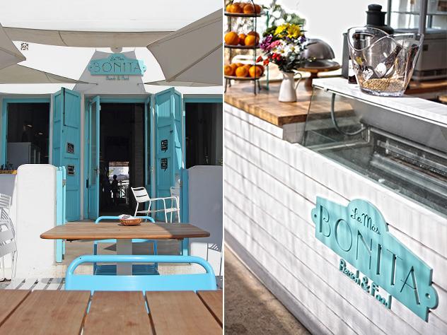 El blanco y el azul cielo se combinan con los tonos naturales de la madera de las mesas y el suelo de las terrazas con estilo para dotar a este espacio de la elegancia y naturalidad propias de la isla de Formentera.