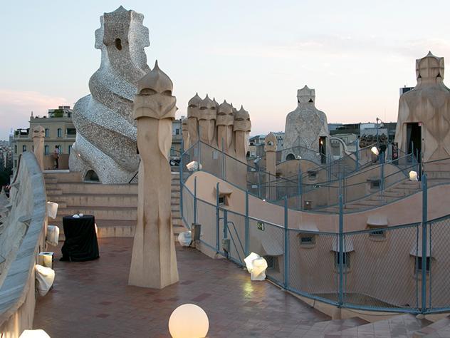 La Casa Milà, más conocida como La Pedrera, es un edificio singular construido entre 1906 y 1912 por el arquitecto Antonio Gaudí declarado Patrimonio Mundial de la Unesco. Una obra paradigmática del modernismo catalán ubicada en el centro de Barcelona.