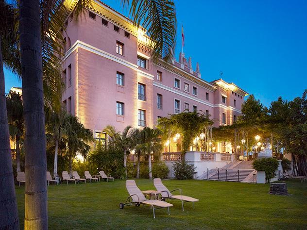 No hay mejor momento para salir a pasear por los enormes jardines de Villa Padierna Palace Hotel que cuando se esconde el sol y bajan las temperaturas.